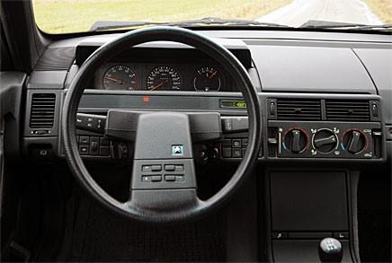 Raka linjer, väl sortade reglage, knappar i ratten.