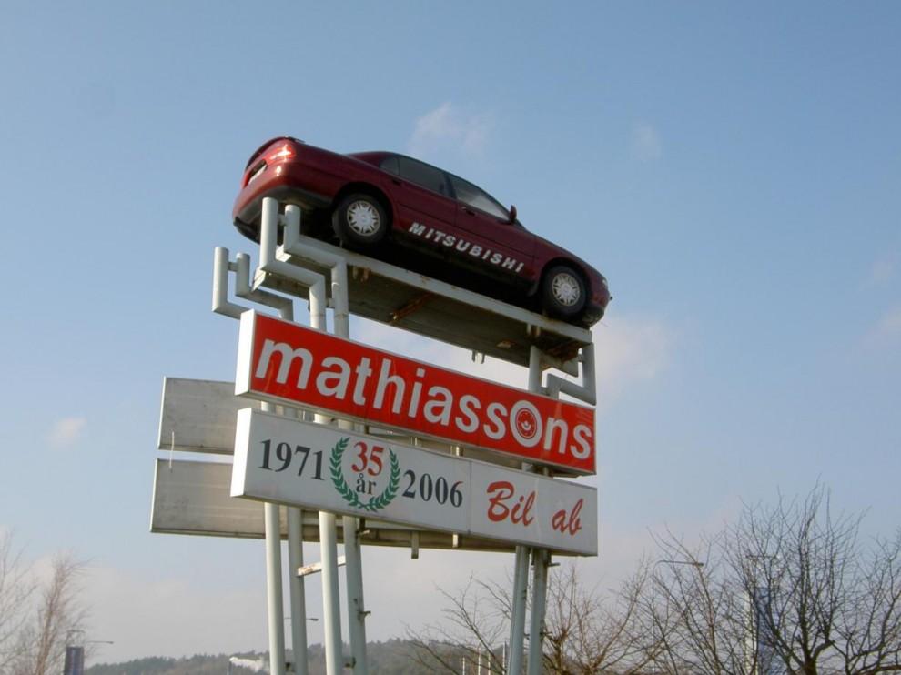 Hej. Jag skulle vilja titta på Fiat Ritmon. Jaså ni har bytt ut den mot en Mitsubishi! Jaha. Men då vill jag gärna provköra den istället.
