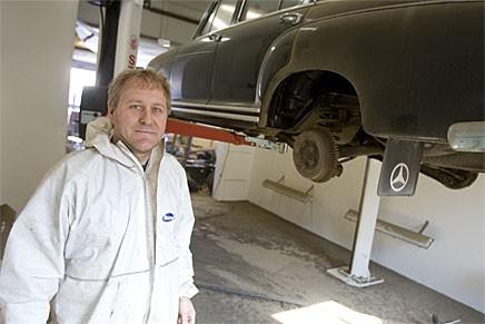 Steven Ströberg har börjat blästra med kolsyreis.