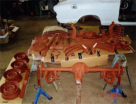 Järnberikat smörgåsbord, bara att hugga in. Fjädringskomponenter och bakaxel behövde inte bytas eller lagas. Med ny färg kom hoppet tillbaka.