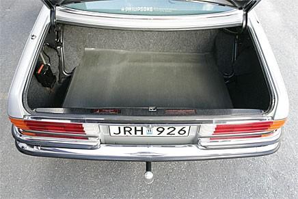 Stort lastutrymme som sig bör i en Mercedes. Knappt använt, liksom resten av bilen.
