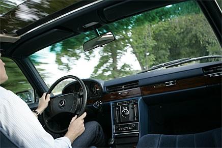Känslan av överlägsenhet infinner sig lätt i en Mercedes, särskilt i ett så fint ex som detta.