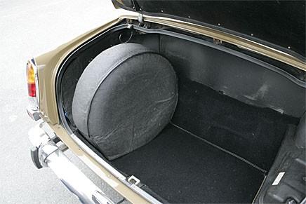 """Rymligt lastutrymme under aluminiumlucka. Reservhjulet kan även placeras ovanpå luckan, om originaltillsatsen """"Spare wheel kit"""" nhar köpts till. Eftertraktat knastillbehör."""