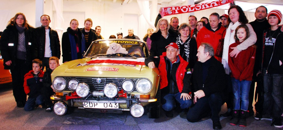 Bröderna polska Walentowicz (iförda röd jacka respektive röd väst) hade med sig ett rejält entourage.  Deras bil är en Alfa Romeo 2000 GTV (1972).