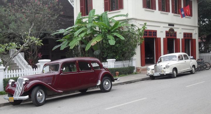 Gangster-Cittra och Bull-Merca fotad i Luang Prabang Laos, utanför Hotellet 3 Nagas. Lysande landmärke då dessa stod parkerade vid korsningen där jag svängde av till mitt Guest house. Noll chans att gå vilse som gamelbilsentusiast!