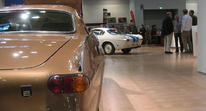 Två av de fina P1800:orna i Volvos monter.
