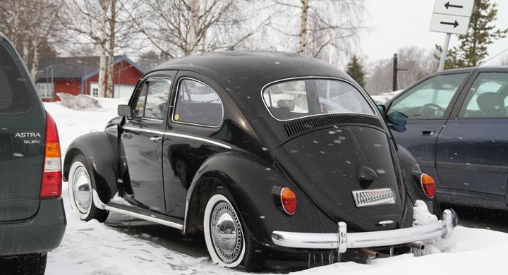 En 1963 års VW 1200 har vinterparkerats utanför en radhuslänga. Bubblan verkar renoverad till fint originalskick men jag skulle då helst velat se den parkerad under ett tak. Kromgodiset på framskärm, sidoruta och den lilla registrerings skylten pekar mot visst customintresse vilket inte blir fel på den här bilen. Men varför har ägaren låtit ena bakhjulet gå till platt utförande?
