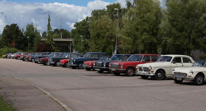Parkerade veteranbilar i väntan på prisutdelning.