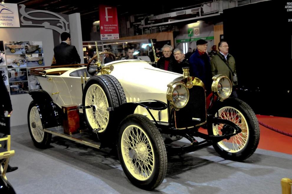 Den första bil som möter mig är en alldeles nyrenoverad Audi 14/38 som räknades som en av snabbaste tyska bilarna före kriget och då menas första världskriget. Kallades för Alpensieger och gjorde 100 km/h!