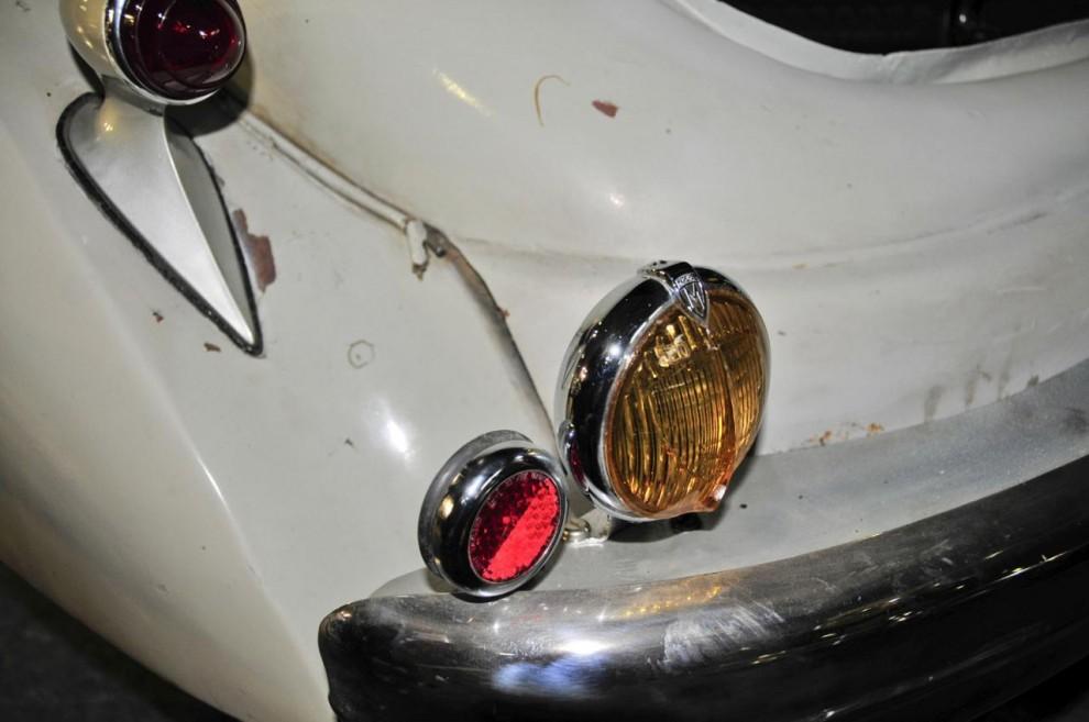 Hotchkiss 686:an har en backlampa från Marchal med orange glas som på den tiden var lika obligatoriskt i Frankrike som strålkastarnas gula ljus
