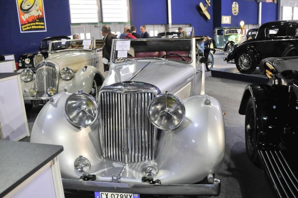 Med front dominerad av de stora Lucas P100–strålkastarna står en 1948 års Jaguar 3 ½ DHC och väntar på att auktionen skall börja. Som många andra bilar i den här klassen är den van vid att gå på auktion, förra gången var 2003 också i Paris. Nu klubbades den för 71 500 euro.