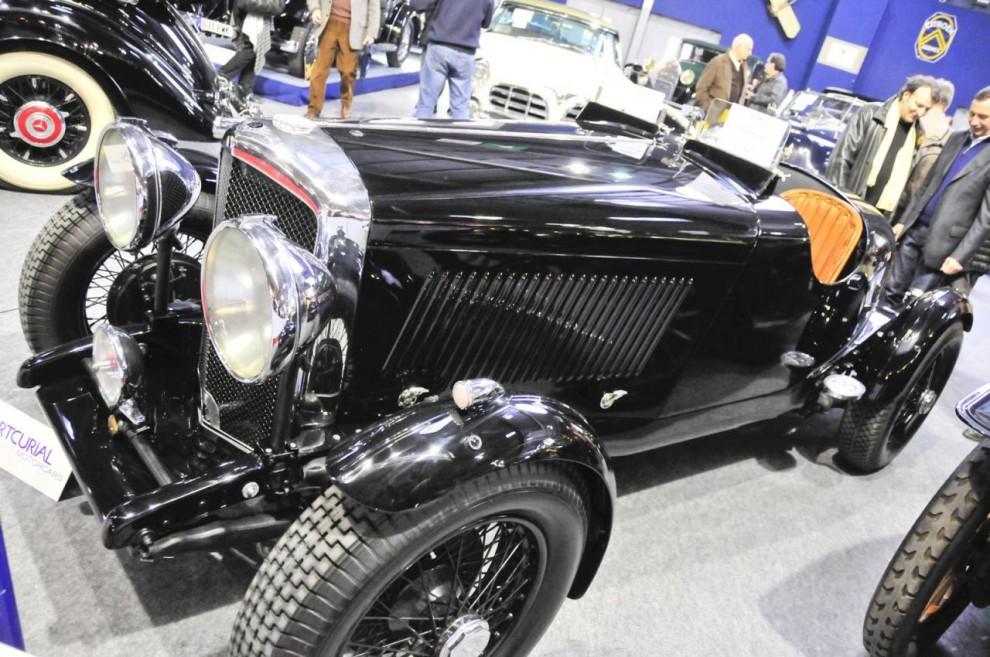 Inte riktigt vad den se ut för. En Bentley är det men ingen vintage. Den byggdes som en saloon 1935, d v s efter det märket tagits över av Rolls-Royce. På senare tid har den förvandlats till denna tvåsitsiga special med kortat chassi. Arbetet var mycket väl och smakfullt utfört. Trots att den alltså inte är autentisk kom den upp i 165 000 euro på auktionen.