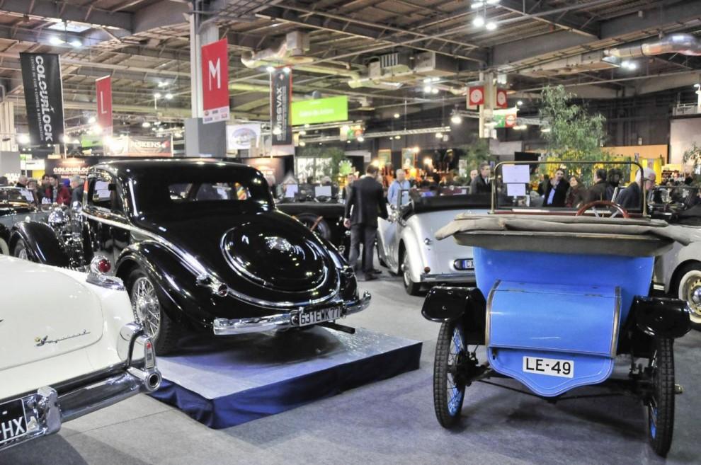 Bilarna som skall bjudas ut på auktion står i ett inhägnat område med begränsat tillträde för vanliga mässbesökare.