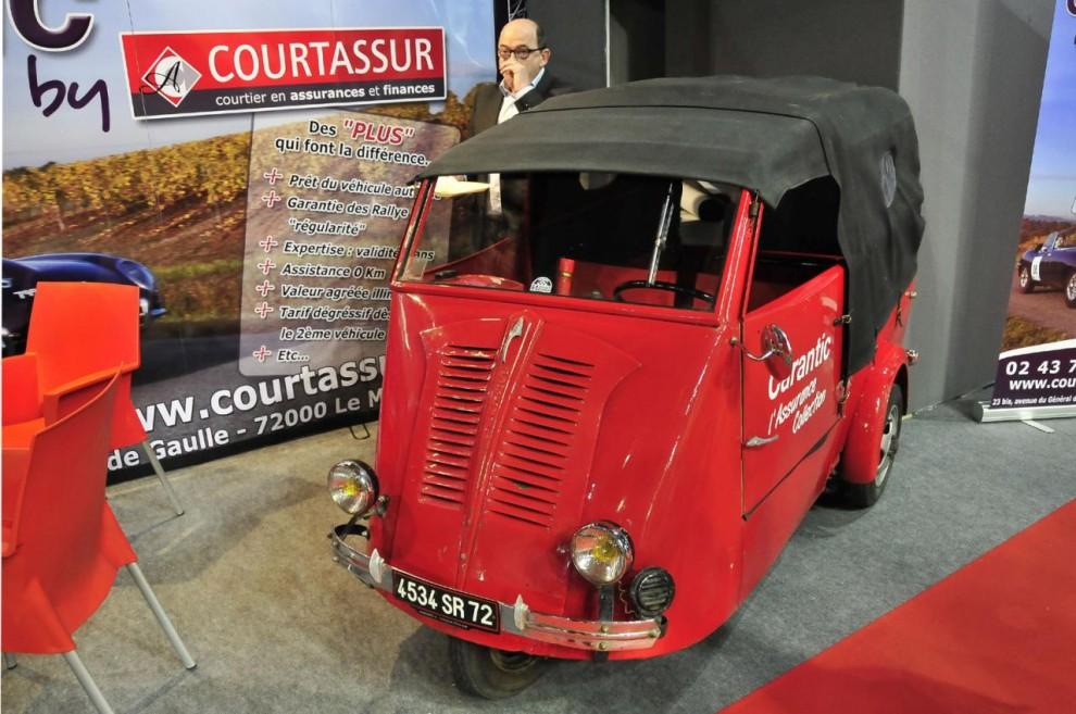 Som blickfång hos en försäkringsmäklare stod denna lilla trehjuliga distributionsbil av märket Solyto.
