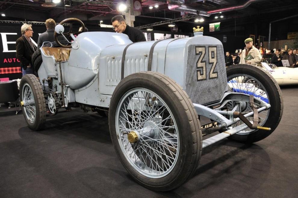 Här har vi något fantastiskt, en racer från 1908, en Panhard-Levassor med en enorm fyrcylindrig motor på 12,5 liter. Den och två andra likadana bilar var byggda för 1908 års franska Grand Prix som gick i Dieppe.