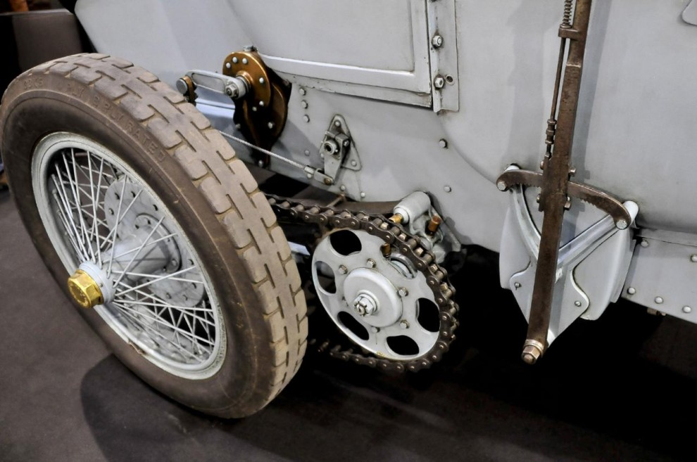 Via en fyrväxlad låda fördes kraften till bakhjulen med kedjedrift på båda sidor. Toppfarten var 160 km/h. Ideliga punkteringar kostade bilen förstaplaceringen som togs av Mercedes-Benz. Något nytt Grand Prix blev det inte förrän 1912. Då hade motorvolymen begränsats till 3 liter så då var bjässarna ute.