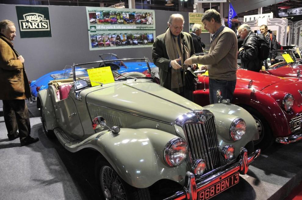 Fyrtio år yngre än Audin är denna prydliga M.G. TF till salu hos en handlare för 34 000 euro. På Retromobile är begärda priser ganska höga och handlarna får draghjälp av de ofta svindlande priser som klubbas på auktionen.