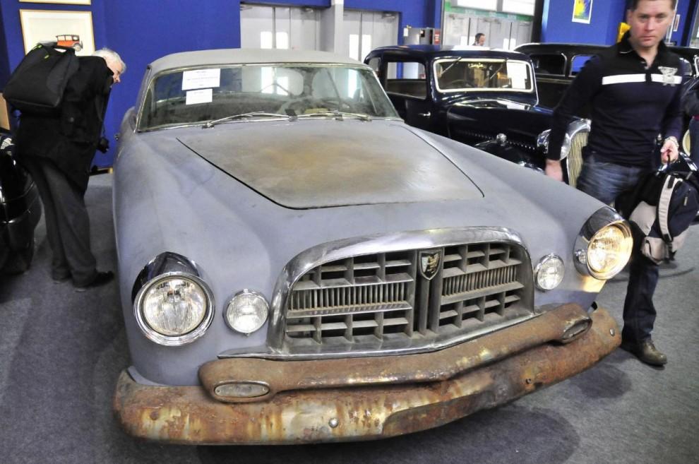 Ghia byggde 1953-55 omkring 40 olika specialkarosser på chassier från Chrysler och detta nedgångna exemplar är den sist framställda. Den såldes ny till Paris men förföll gradvis under många ägare.