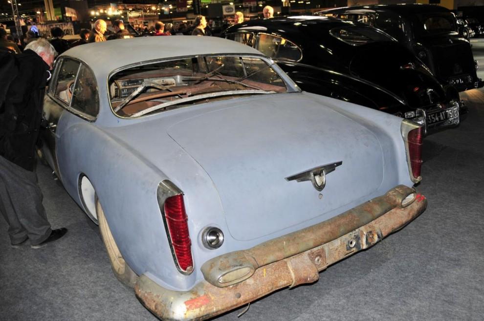 Släktskapet med Chrysler New Yorker 1955 syns på stötfångare och andra detaljer. Att bilen är unik kan förklara att den i detta skick klubbades för