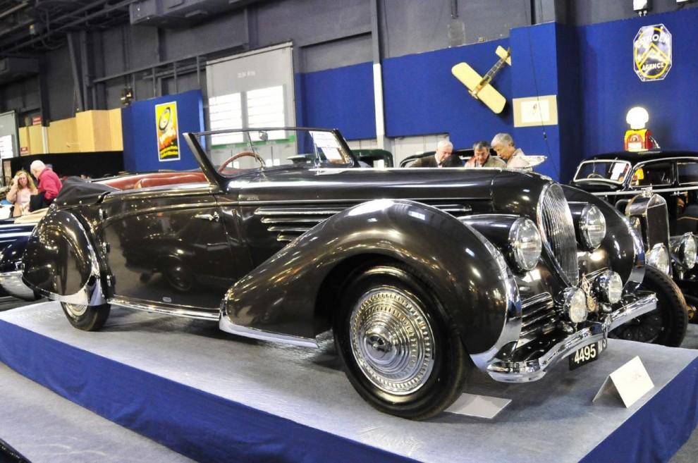 Mindre stram, närmast utmanande i överdådighet är denna Delahaye 135S från 1947 med kaross av Franay. Trots att den var nyligen restaurerad och hade känd historik kom den på auktionen inte upp till reserverat pris och blev osåld. Auktionsfirmans uppskattade pris låg i spannet 500 000 – 600 000 euro.