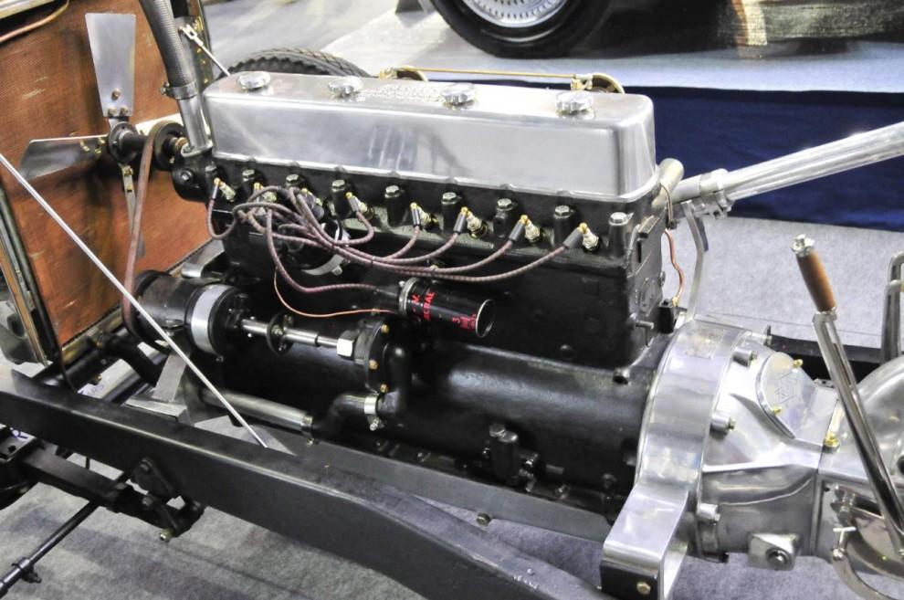 Chassit har återställts till nyskick. Eftersom det aldrig haft någon kaross har ägaren valt att låta det förbli så. Motorn är en rak åtta på 3.5 liter och 85 hk.