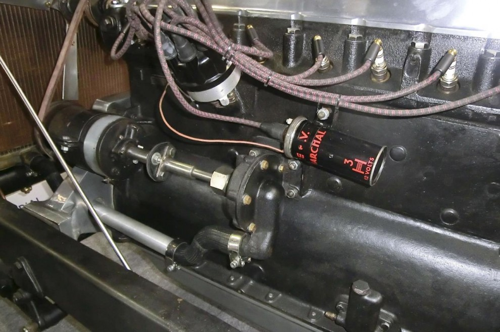 Vattenpumpen drivs med en axel från generatorn. Ett minus är att tändkablarna fästs ihop med buntband, men det går ju att ändra.