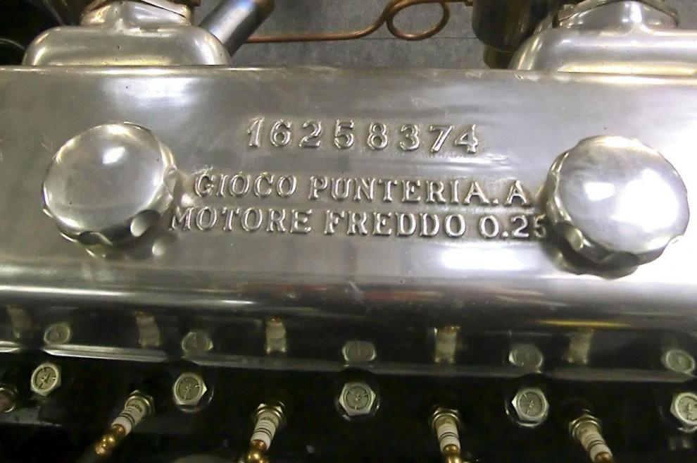 Det är inte mekanikerns telefonnummer och namn utan tändföljden och ventilspelet vid kall motor.