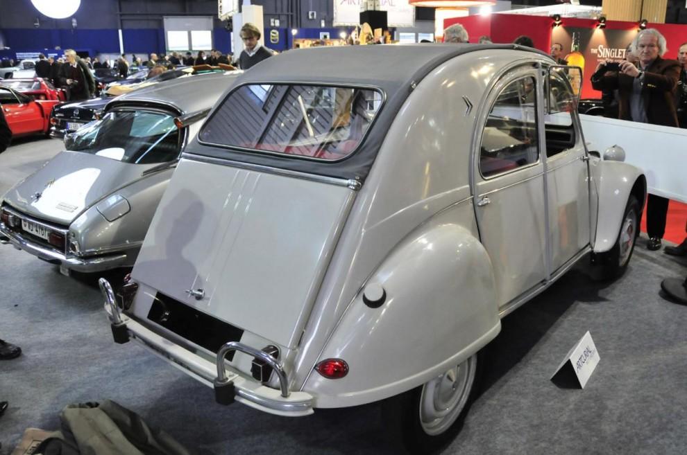 Mest omtalad på Rétromobile var nog denna Citroën 2CV 1960 i exportutförande för Kalifornien. Bara 116 miles men så hade den sedan leveransen stått på Bill Harrah's museum. Klubbades för 59 600 euro, en ganska bra värdestegring från inköpspriset $ 1638. Om man satt in den summan på banken 1960 skulle man efter 50 år med 6 % ränta på ränta ha  $ 30 172 på kontot, mindre än hälften av auktionspriset.