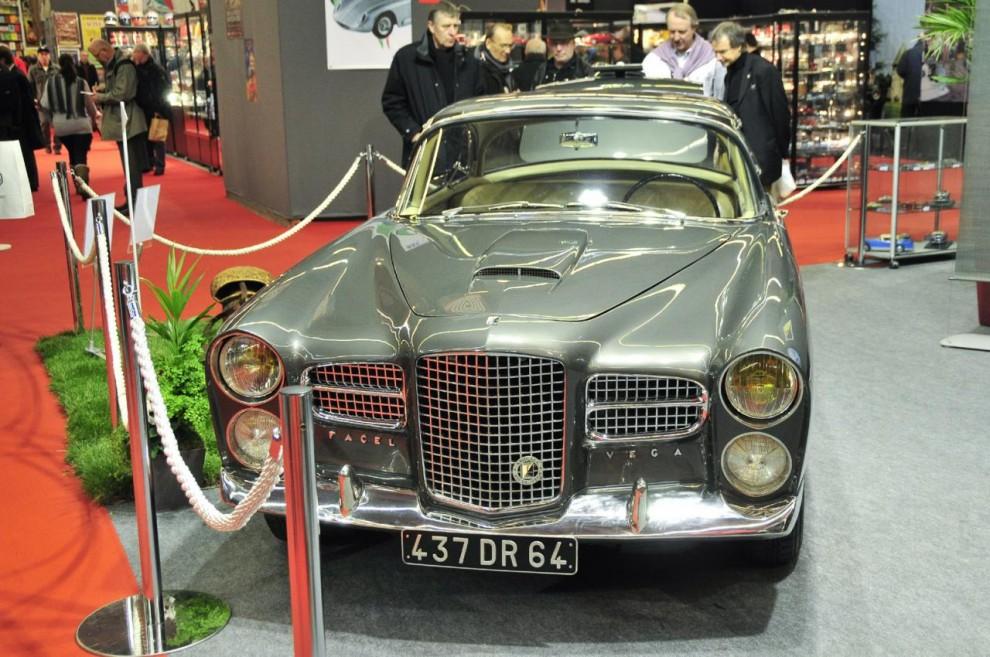 Facel-Vega kan ses som modern efterföljare till de många franska superbilarna med namn som Delage, Delahaye, Salmson, Hotchkiss m fl. Att den drevs av en V8 från Chrysler minskade knappast dess strålglans.