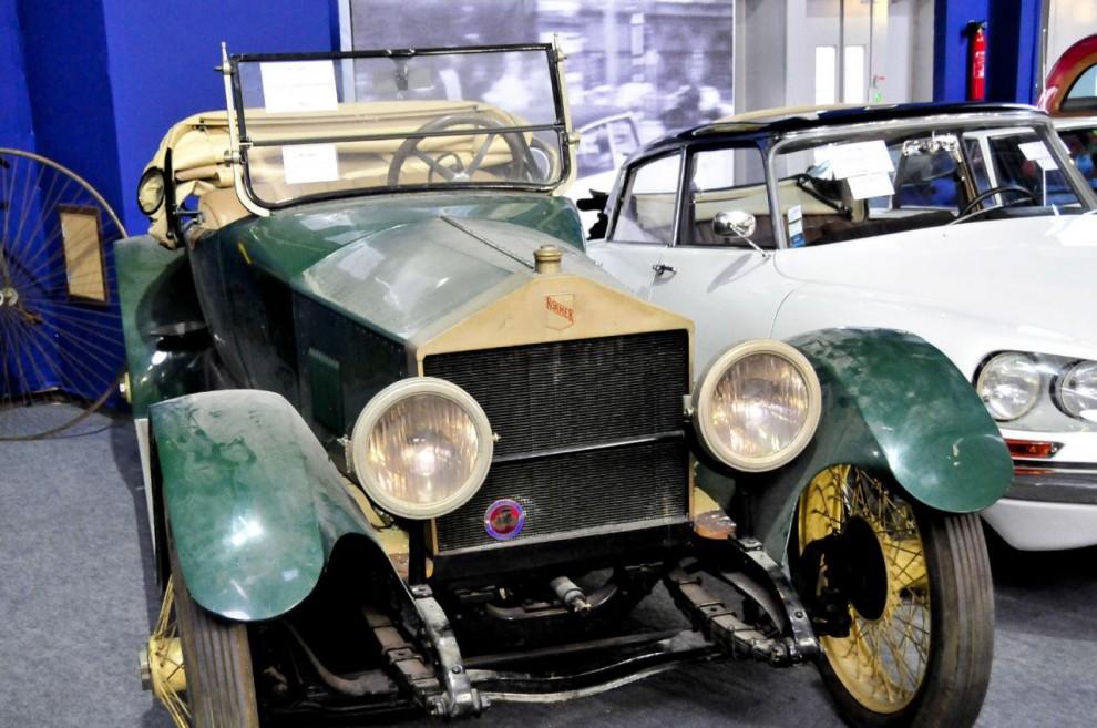 Vad är detta för en bil med en oblyg kopia av Rolls-Royce kylare? Det visar sig vara en Roamer, ett av många amerikanska småmärken som gick under när Wall Street kraschade 1929. Denna hittade en ny ägare som betalade