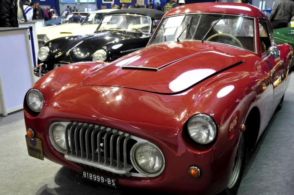 När jag först såg denna röda skönhet trodde jag att det var den mytomspunna Fiat 8V, men det var fel! Det handlar om en Fiat 1100 S MM Berlinetta, en av 401 byggda så tidigt som 1947 av den för mig okände karossbyggaren Rappi. Det visade sig att det också var han som ritade och1954 byggde Fiat 8V som faktiskt hade snarlikt utseende.
