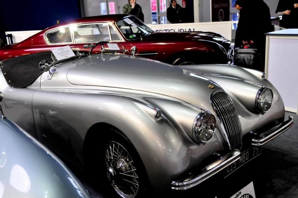 Som gjuten i ett stycke sterling silver är denna tidlösa skönhet – Jaguar XK120. Svårt att förstå att modellen visades första gången redan1948. Det här exemplaret är en vänsterstyrd 54:a som ingått i en fransk samling om 40 bilar. Det var den bilen som den 80-årige ägaren ville behålla längst. Klubbad för 119100 euro, ett klipp i jämförelse med den lågtflygande Cisitalian.
