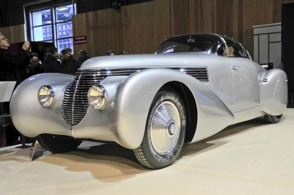 Denna helt osannolika bil presenterades som Dubonnet Xenia men det var inte hela namnet. Det är en Hispano-Suiza med kaross av Saoutchik byggd 1938 för André Dubonnet. Han tillhörde familjen förknippad med cognac och aperitif men han var faktiskt tekniker och låg bakom bl a fjädringsystemet som bar hans namn.