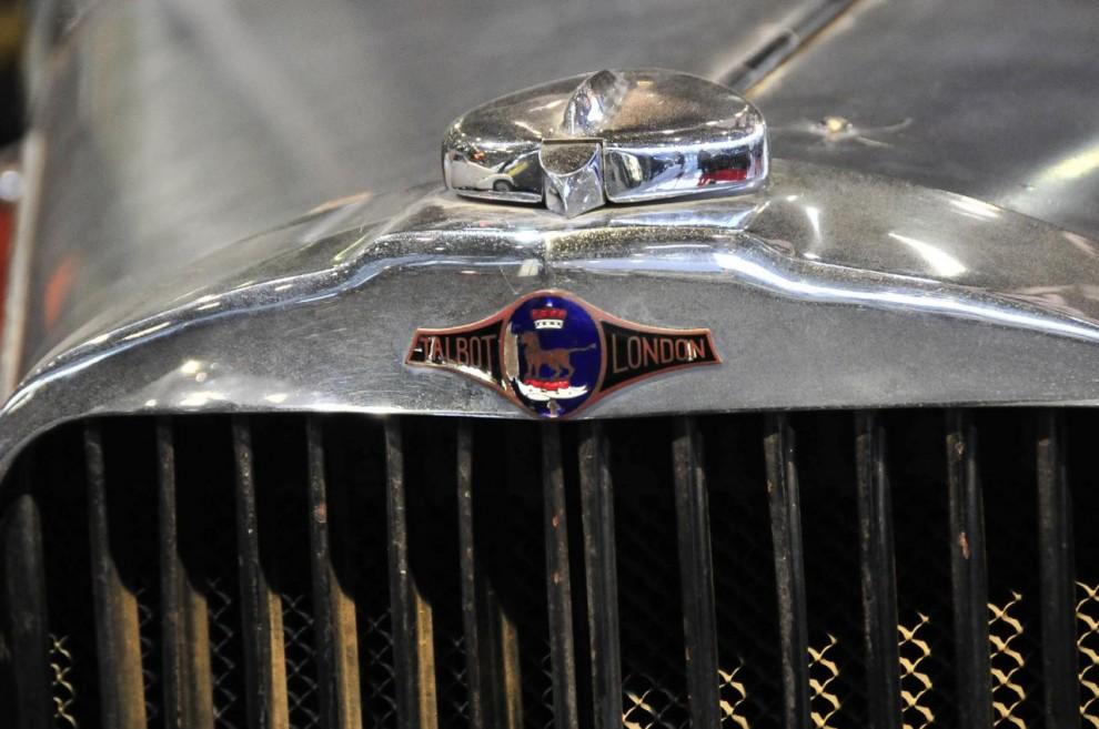 Och här är emblemet till den engelska Talbot som byggdes i London. Namnets ursprung är engelskt och att förklara hur det kom att användas både i England och Frankrike för helt olika bilar är omöjligt i en kort bildtext.