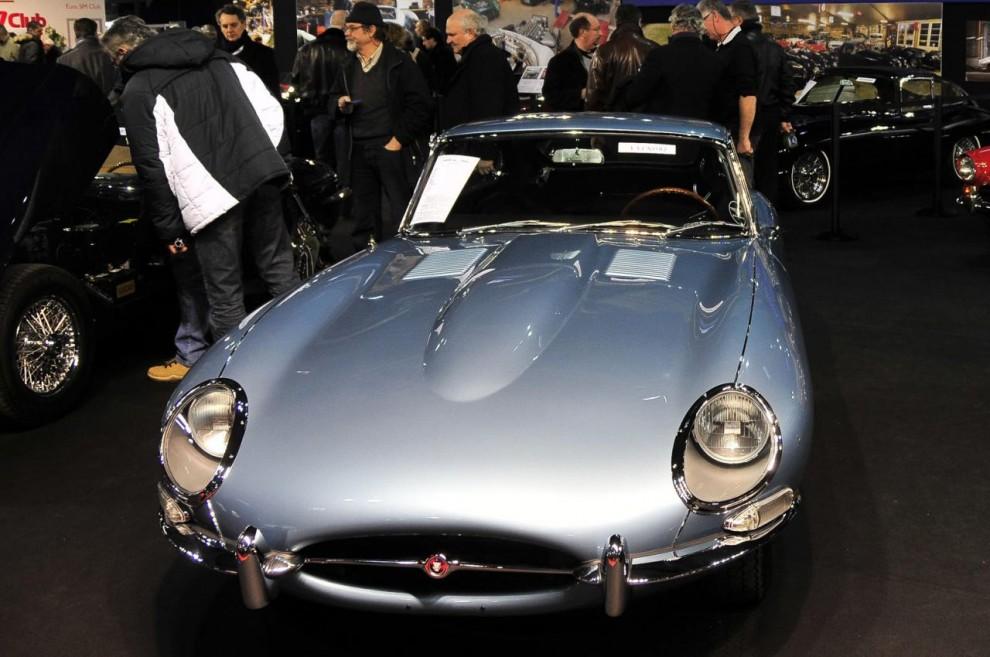 En bild på en Jaguar E-type för att påminna om att den när den presenterades 1961 var minst lika uppseendeväckande som 1930-talets franska extrembilar.