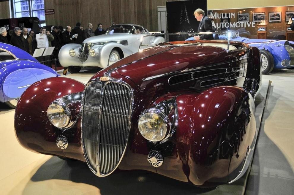 Delahaye 165 visades på 1938 års bilsalong i Paris och var inte bara till utseendet extrem utan även tekniskt. Motorn var en ur en tävlingsmaskin härledd V12 på 4,5 liter. Den hade dubbla överliggande kamaxlar och tre förgasare. Tyvärr blev det bara ett exemplar av denna modell, krigsproduktion prioriterades i slutet av 1930-talet.