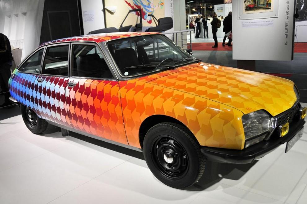 Nu till något helt annat – en Citroën GS dekorerad 1976 av konstnären Jean-Pierre Lihou enligt hans teori l'Energétisme. Det gick åt 73 burkar färg. Stirrar man på pilmönstret tycker man det regelbundet vänder riktning.