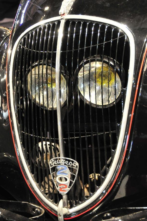 Peugeots grej var ett tag att ha lamporna innanför grillen där de var skyddade mot stenskott men ljusbilden påverkades. Prydligt är emblemet med modellsiffrorna i trikolorens färger.