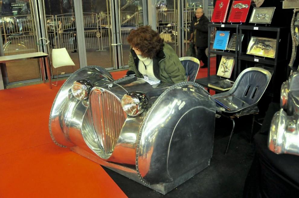Det finns tydligen en marknad för skrivbord formade som en Bugattifront.