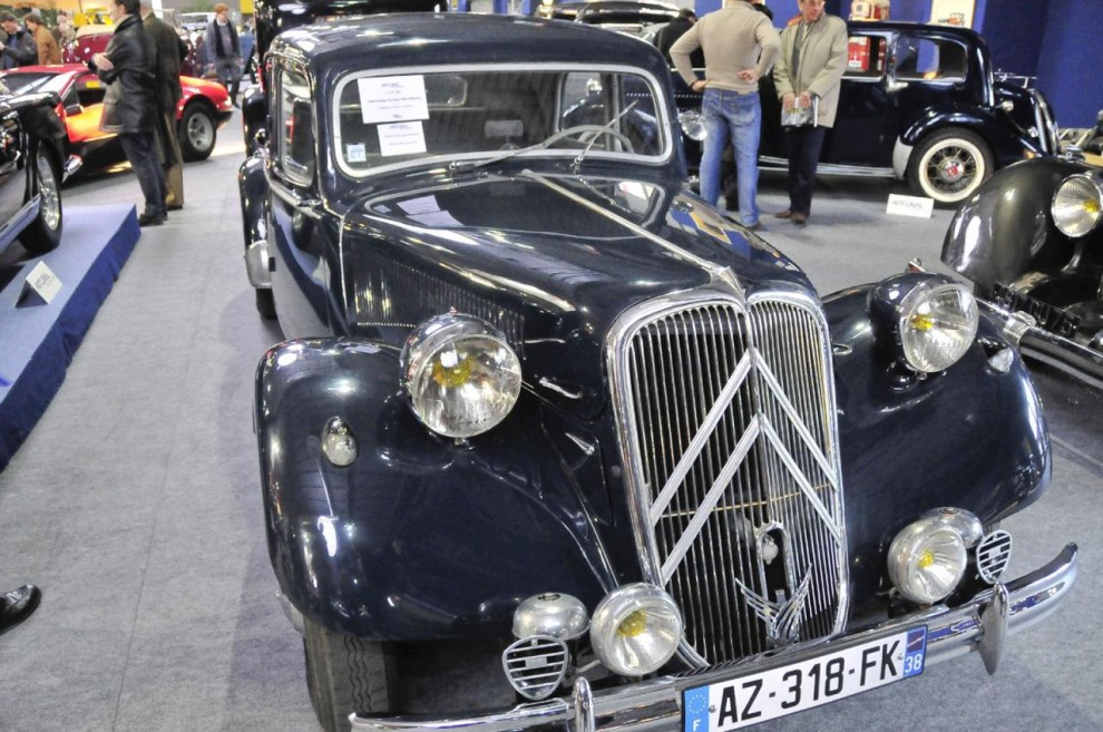 En Citroën 15 Six H står här. Det handlar alltså om den stora Tractionen i sitt sista utförande som hade hydraulisk fjädring på bakhjulen. Det var ett fullskaleprov inför lanseringen av DS19 som förstås hade systemet runt om. Av modellen tillverkades 1954-57 3 079 exemplar varav detta klubbades på auktionen för 26 200 euro.