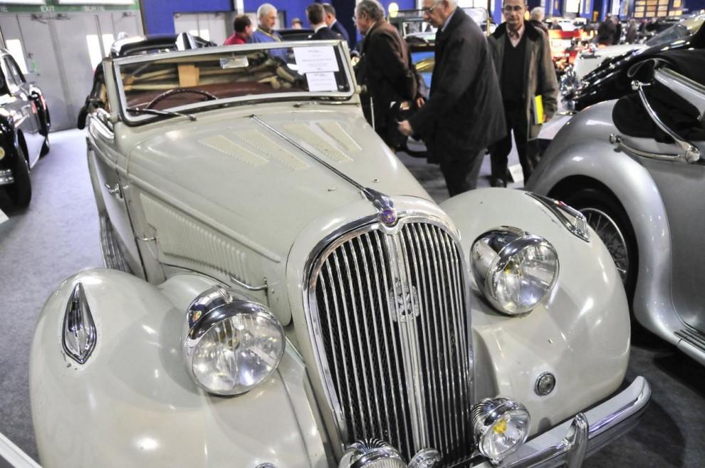 Vid snabbt ögonkast en Plymouth 1937 men detta är en vagn av ädlare slag – en 1950 års Hotchkiss 686 Cabriolet i ett mycket tilltalande, lätt patinerat skick. Trots det sedesamma utseendet är det en snabb och vägsäker resevagn. Klubbades för 67 900 euro på Artcurials auktion.