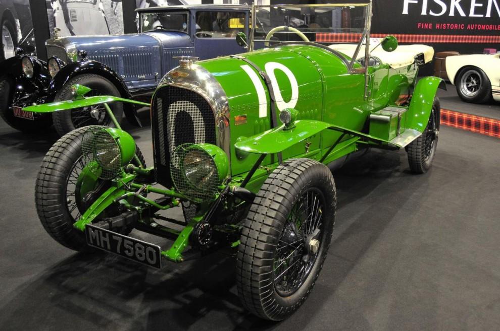 Gregor Fisken har länge varit i branschen för värdefulla klassiker och hans firma Fiskens i London ställde ut tre vintage Bentley. Denna i en ovanligt skarp grön färg tävlade som Bentleys första fabriksbil på Le Mans. Det var 1925. Grönt ansågs inte som en lyckofärg i England så tävlingsfärgen gjordes med årenallt mörkare.