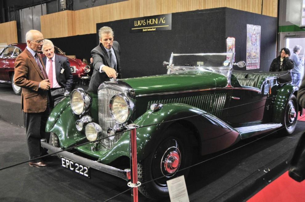Hos Lukas Hüni demonstreras en Bentley 4 ¼ litre Vanden Plas tourer för två spekulanter. Det flygande B:et måste vridas undan innan huvsidan kan öppnas.