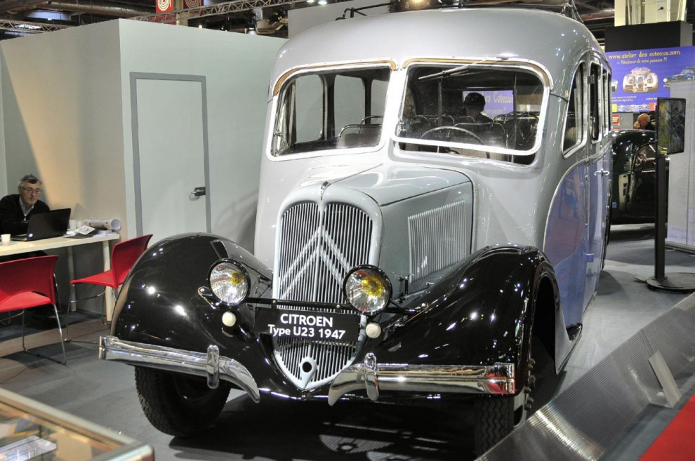 På Rétromobile 2009 ställdes denna lilla buss för 20 passagerare ut som renoveringsobjekt. Varje år därefter har vi kunnat följa hur renoveringen fortskridit och i år var den nästan klar. Det ären Citroën U23 1947 med kaross av Bessett. Den 4-cylindriga motorn är densamma som i Traction 11.