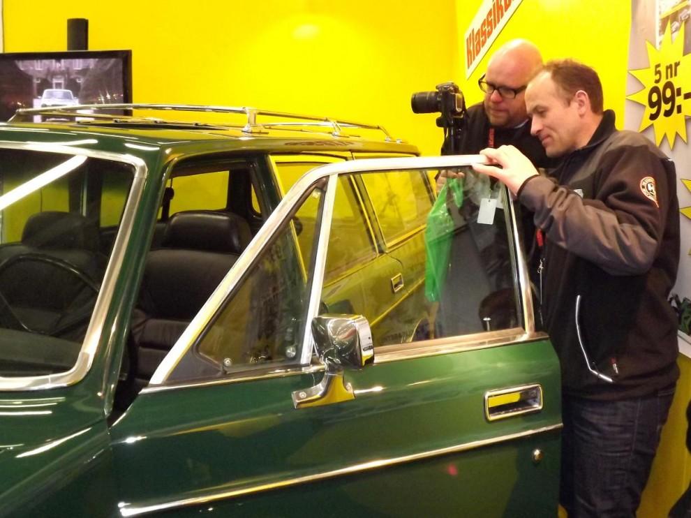 Frågorna kring bilen är många och det är sällan en lugn stund runt den. Här syns Kåre Olav Månstad från Norge, som själv äger skandinaviens troligen finaste 164.