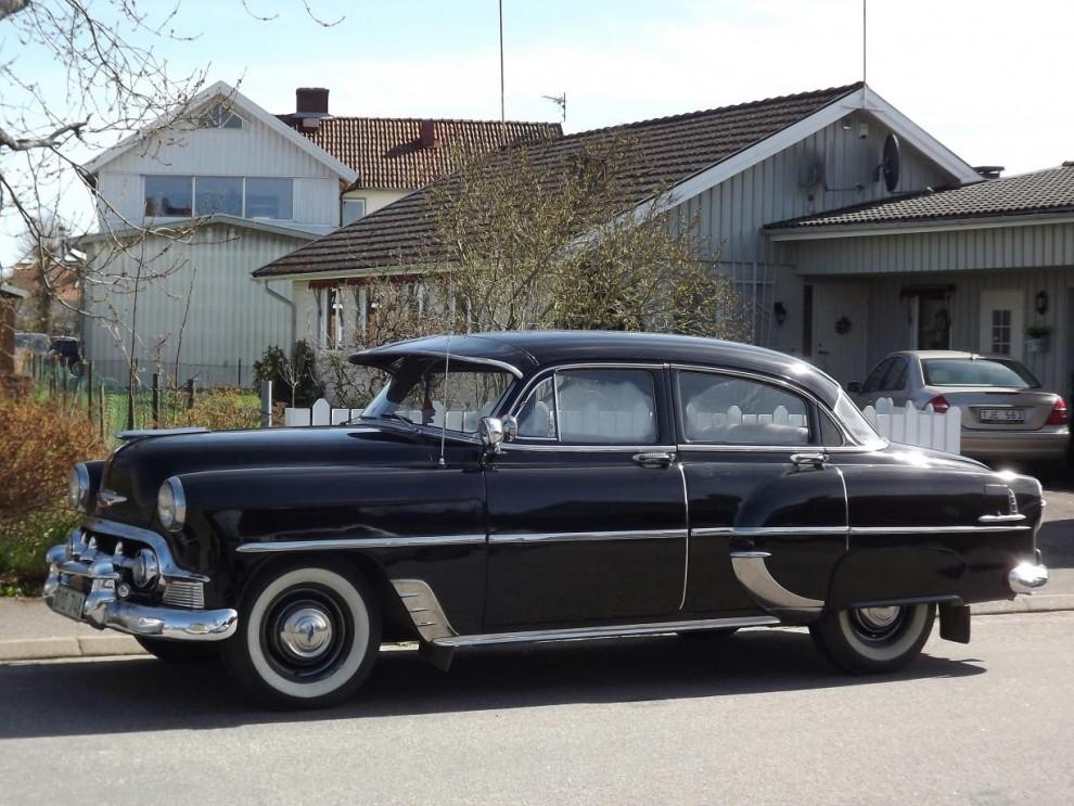Svensksåld Chevrolet 1953 bland villakvarteren