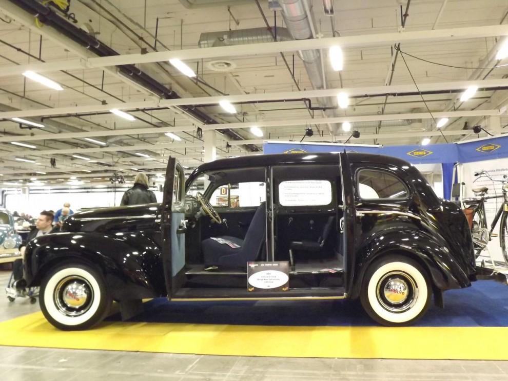 """Och en äldre Volvo, en """"droska"""" eller PV831 som den hette egentligen, detta fina ex från 1954."""