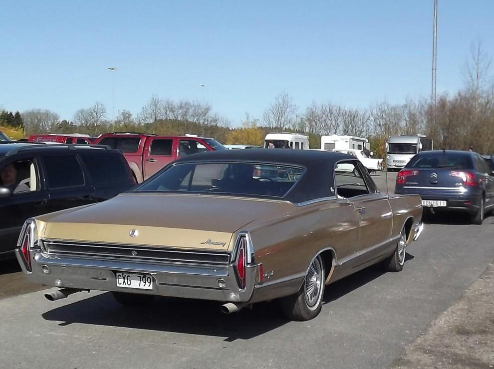 Samt en ovanlig Mercury Marquis från 1968 i kön.