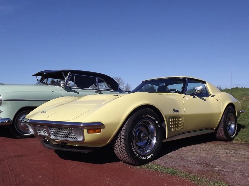 Tuff Corvette 1970 års modell brevid en betydlig äldre Chevrolet