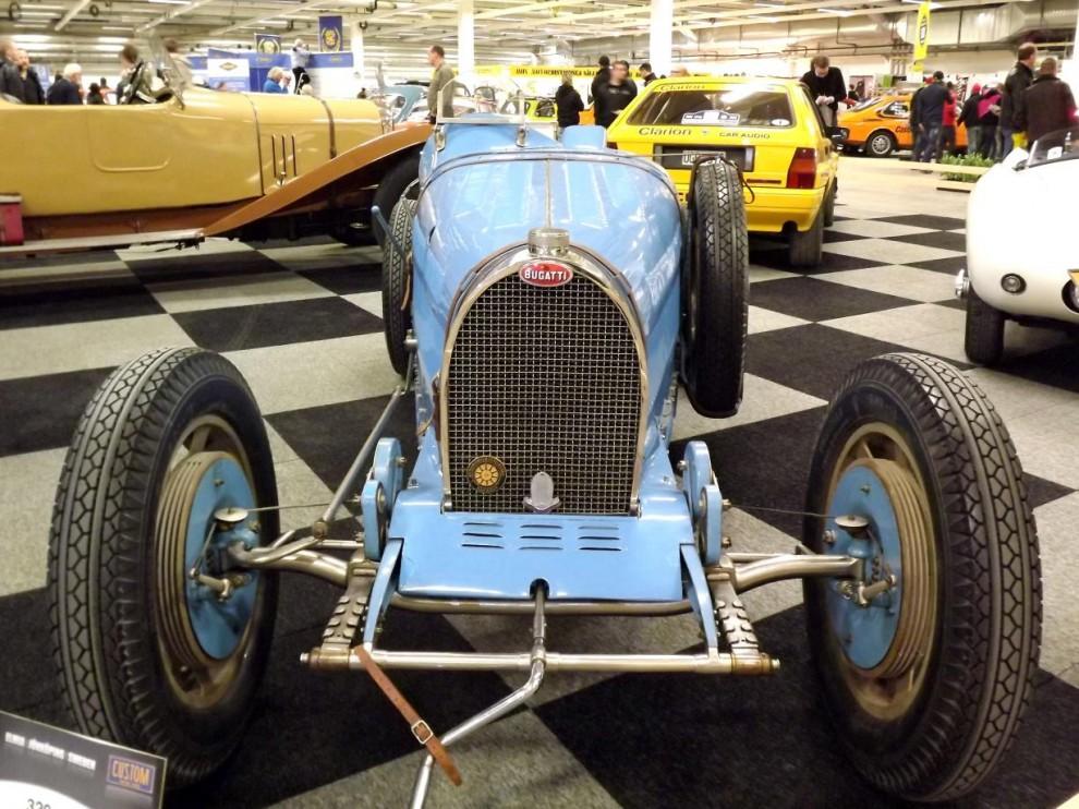 Sportbilarnas konung genom tiderna dock var ju Bugatti, detta är en type 35B från 1929, en modell som länge var oslagbar på tävlingsbanorna.